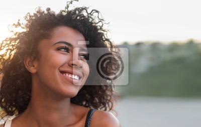 Papiers peints Portrait en plein air de fille afro-américaine souriante