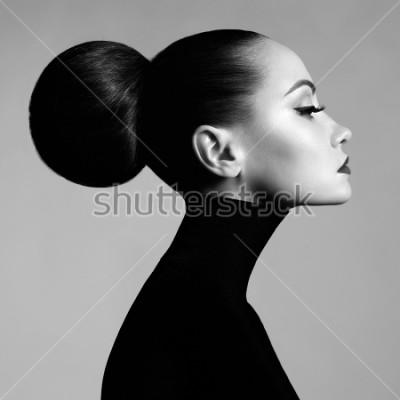 Papiers peints Portrait en studio d'art de la mode noir et blanc de belle femme élégante en col roulé noir. Les cheveux sont collectés en faisceau. Style de ballet élégant