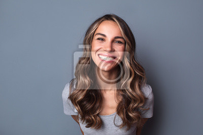 Papiers peints Portrait of young beautiful cute cheerful girl smiling looking at camera.