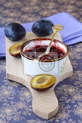pot de confiture de prune et quelques prunes fraîches