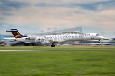 Papiers peints Prague, République tchèque - 13 mai: Eurowings Bombardier CRJ-900 NG atterrit à l'aéroport PRG, le 13 mai 2015. Eurowings est une compagnie aérienne low-cost allemande basée à Düsseldorf.
