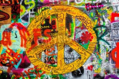 Papiers peints Prague, République tchèque - 21 mai 2015: signe de paix sur Famous John Lennon Wall sur l'île de Kampa à Prague rempli de Beatles inspiré des graffitis et des paroles depuis les années 1980.