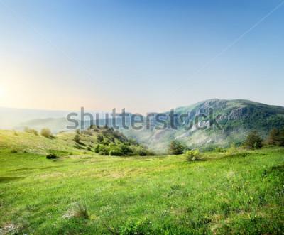 Papiers peints Pré vert sur les montagnes de crimée