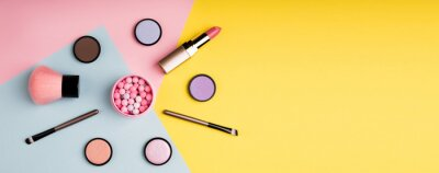 Papiers peints Produits de maquillage et cosmétiques décoratifs sur fond de couleur plat poser. Concept de blogs mode et beauté. Format web long pour bannière