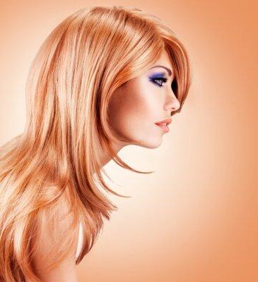 Papiers peints Profil portrait de la belle jolie femme avec des poils rouges longs