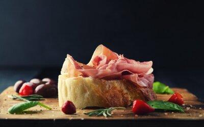 Papiers peints Prosciutto, pain, bois, planche, olives