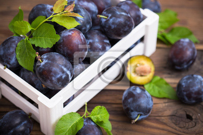 Prunes biologiques fraîches dans la caisse