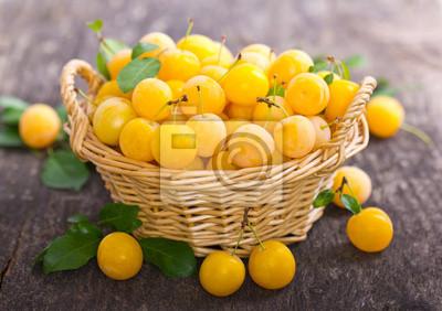 Prunes jaunes dans le panier