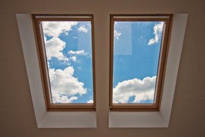 Papiers peints Puits de lumière. Vue depuis la fenêtre. Vue du ciel depuis la fenêtre. Fenêtre sur le toit. Lumière du soleil dans la fenêtre du grenier. Lumière dans la maison
