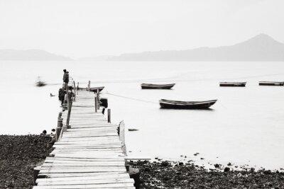 Papiers peints Quai solitaire le long de la côte, l'image de saturation faible.