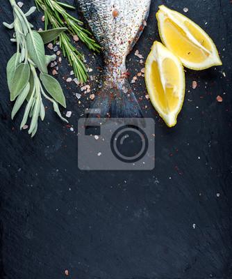 Queue, frais, Dorado, ou, mer, bream, fish, noir, ardoise, pierre, planche, épices, herbes, citron, sel