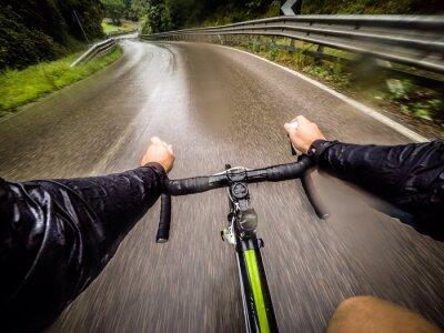 Papiers peints Ragazzo dans bicicletta con la pioggia. pov point de vue original