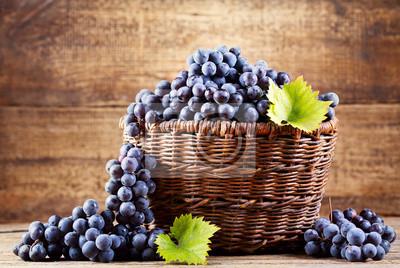 raisin dans le panier en bois