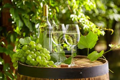 Raisin et du vin blanc sur le baril en bois sur la terrasse de jardin