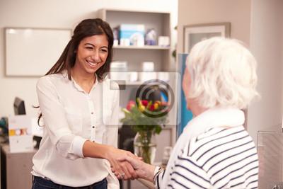 Réceptionniste de vœux female patient à laudience clinique papier