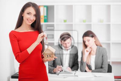 Papiers peints Rencontre avec un agent dans le bureau, l'achat d'un appartement ou d'une maison à louer, les acheteurs de biens immobiliers prêts à conclure une affaire, le couple familial serrant la main de l'agent