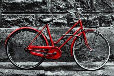 Papiers peints Rétro vélo rouge vintage sur le mur noir et blanc.