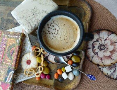 Rétro vie toujours. Une tasse de café avec de la crème, des biscuits et des bonbons sur un plateau. Découpage.