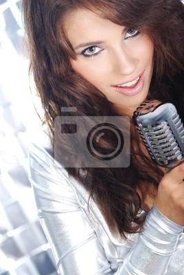 Rock star. Sexy Girl chantant dans la rétro MIC