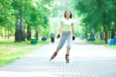 Papiers peints Roller fille sportive dans le parc de skate roller sur ligne