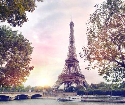 Papiers peints Romantique coucher de soleil de fond. Tour Eiffel avec des bateaux sur la Seine, à Paris, France.