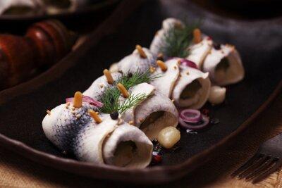 Papiers peints Roulé de hareng au vinaigre, servi avec des oignons et des cornichons.
