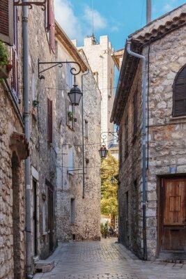 Papiers peints Rue étroite pavée dans le vieux village de Vence, France.
