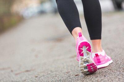 Papiers peints Runner Femme Chaussures agrandi sur la route, le réglage de la ville.