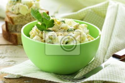 salade aux oeufs dans une tasse verte avec du pain noir