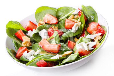 Salade avec des feuilles d'épinards aux fraises et fromage feta