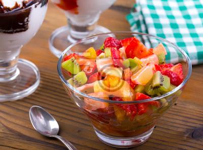 Salade de fruits frais sur la table en bois