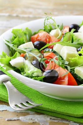 Salade grecque avec olives, tomates et fromage feta