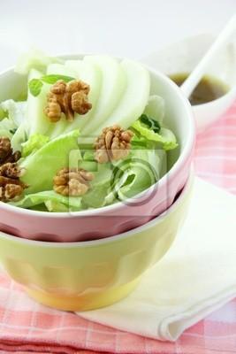 Salade mixte avec pomme verte et noix
