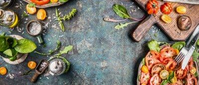 Papiers peints Salade végétarienne saine préparation avec des tomates sur fond rustique, vue de dessus, bannière, copie espace