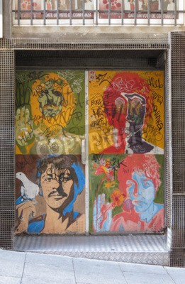 Papiers peints SALAMANCA, ESPAGNE - CIRCA JUIN 2015: les portraits de pop art des Beatles de Richard Avedon (1967), reproduits sur une porte de discothèque, avec des graffitis