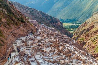 Papiers peints SALINAS, PEROU - 21 MAI 2015: Les touristes visitent des poêles à sel (Salinas) dans la Vallée Sacrée des Incas, au Pérou