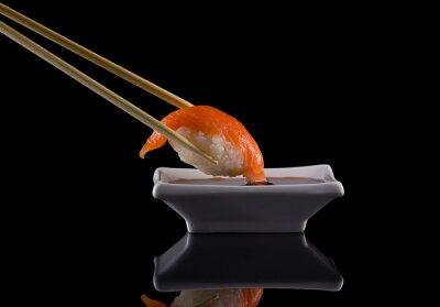 Papiers peints Salmon nigiri sushi à baguettes avec de la sauce de soja sur fond noir