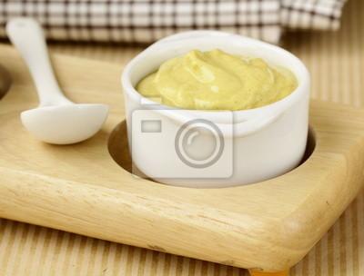 Sauce à la moutarde française en saucière blanc