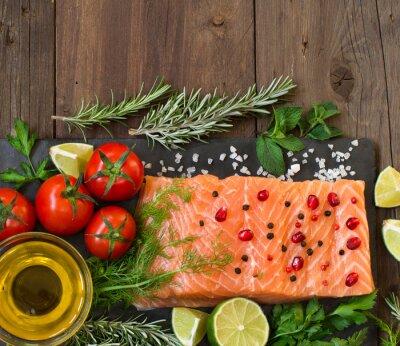 Papiers peints Saumon avec légumes, huile d'olive et herbes