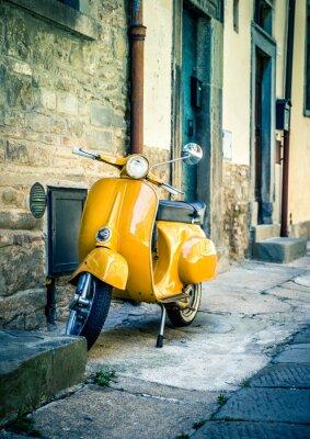 Papiers peints Scooter jaune dans toscan ville de Cortona