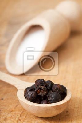 sel et poivre de la Jamaïque sur la table en bois