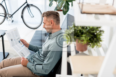 Papiers peints selective focus of businessman reading business newspaper in office