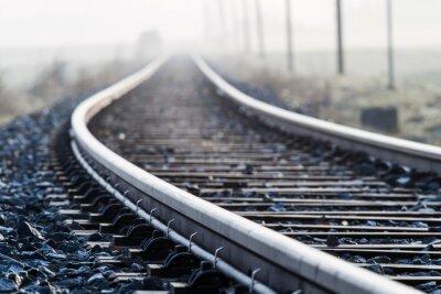 Papiers peints Seule ligne de chemin de fer de Lane dans la brume du matin