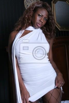 Jeune femme noire sexy. Photo à propos attrayant, fille, lumineux, femelle, élégance, visage, soin, languettes, frais, moderne, cosmetics, teint, multicolore, beau.