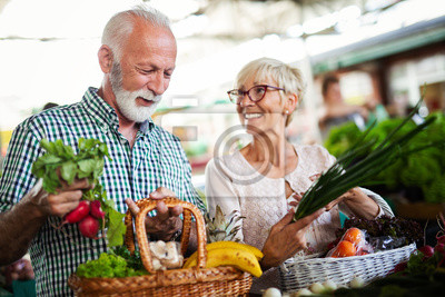 Papiers peints Shopping, food, sale, consumerism and people concept - happy senior couple buying fresh food