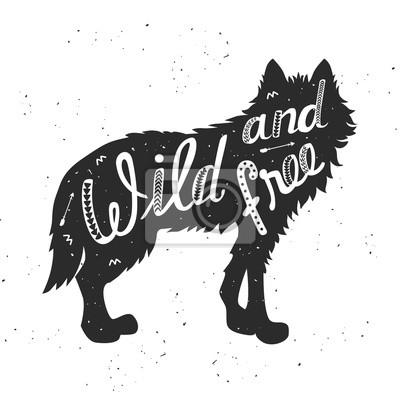 """Silhouette d'un loup. Affiche tirée par la main de typographie, carte de voeux, pour la conception de t-shirt """"sauvage et libre"""", citation de lettrage de main. Illustration vectorielle"""