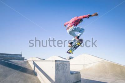 Papiers peints Skateboarder fait un tour dans un skate park