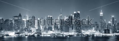 Papiers peints Skyline du centre-ville de New York Manhattan noir et blanc nuit avec gratte-ciel éclairé au-dessus de la rivière Hudson avec des reflets.
