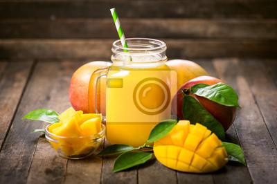 Smoothie à la mangue fraîche dans le verre