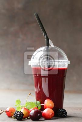 smoothies boisson aux fruits de baies avec des cerises, framboise - des aliments sains